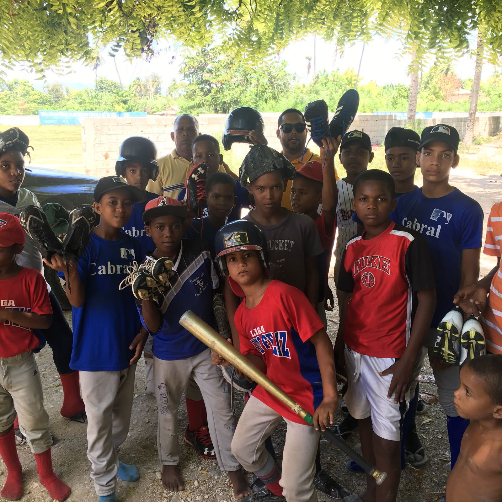 , Engel Medina hace entrega de útiles deportivos a liga infantil de Cabral.
