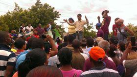 , En Galván protesta en demanda de calles y otras reivindicaciones sociales.