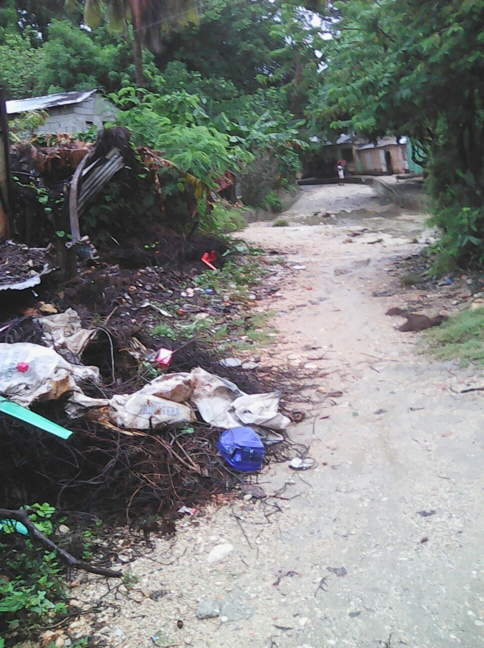 Barahona, Residentes en las cañadas de Chijito y Aguita piden que las autoridades ir en su auxilio antes las lluvias.