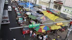 , Vendedores ambulante están arrabalizando la avenida Duarte.