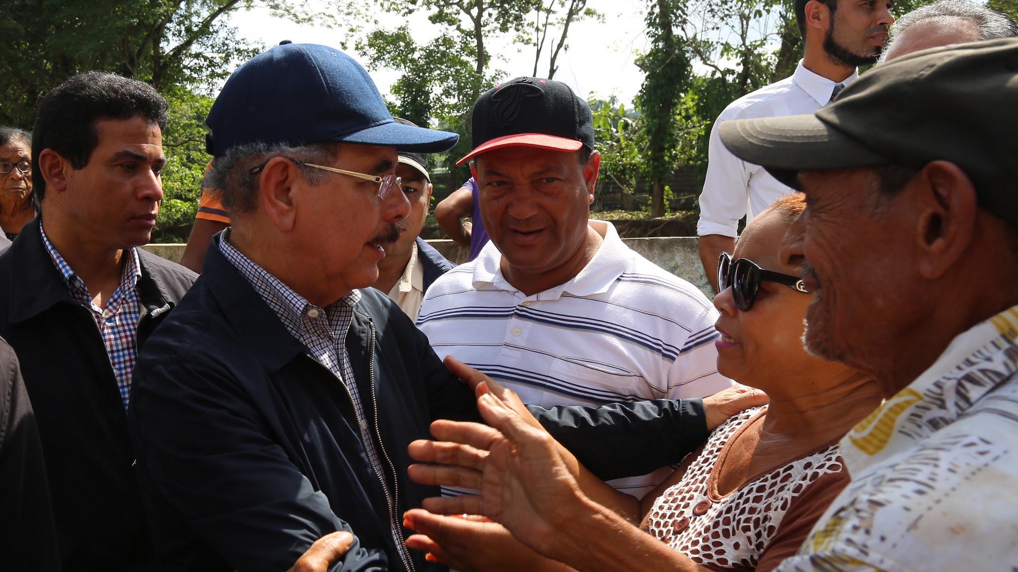 , Danilo Medina realiza amplio recorrido por zonas afectadas por lluvias; escucha a la gente