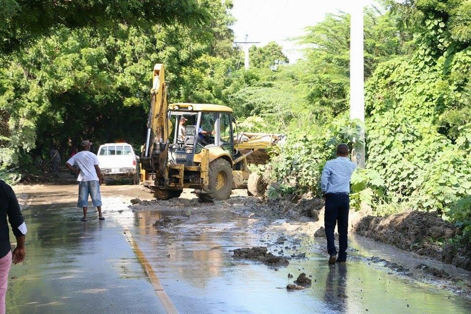 , Alcalde de Neyba acude al llamado desvío del agua en curva El Estero-Villa Jaragua.