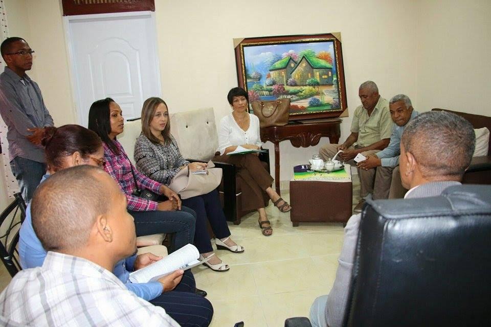 , Alcalde de Neyba recibe comisión de FondoMicro.