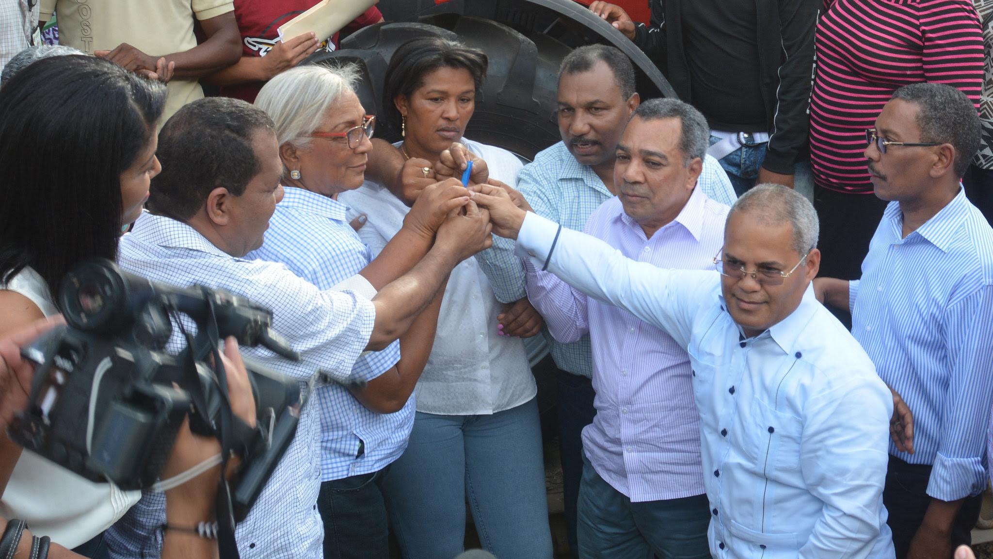 , Un tractor y un autobús para productores Guayabal; promesas cumplidas de Visita Sorpresa