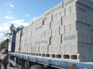 , Empresa Khoury Industrial dona 6,000 blocks a damnificados de inundaciones en el Cibao