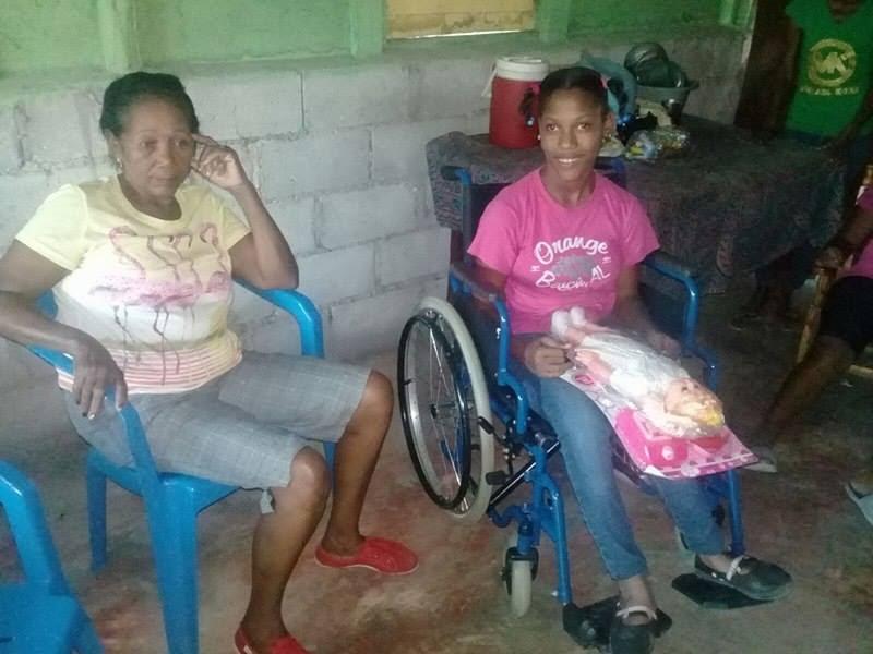 , Regidora  del PTD dona silla de ruedas a una niña.