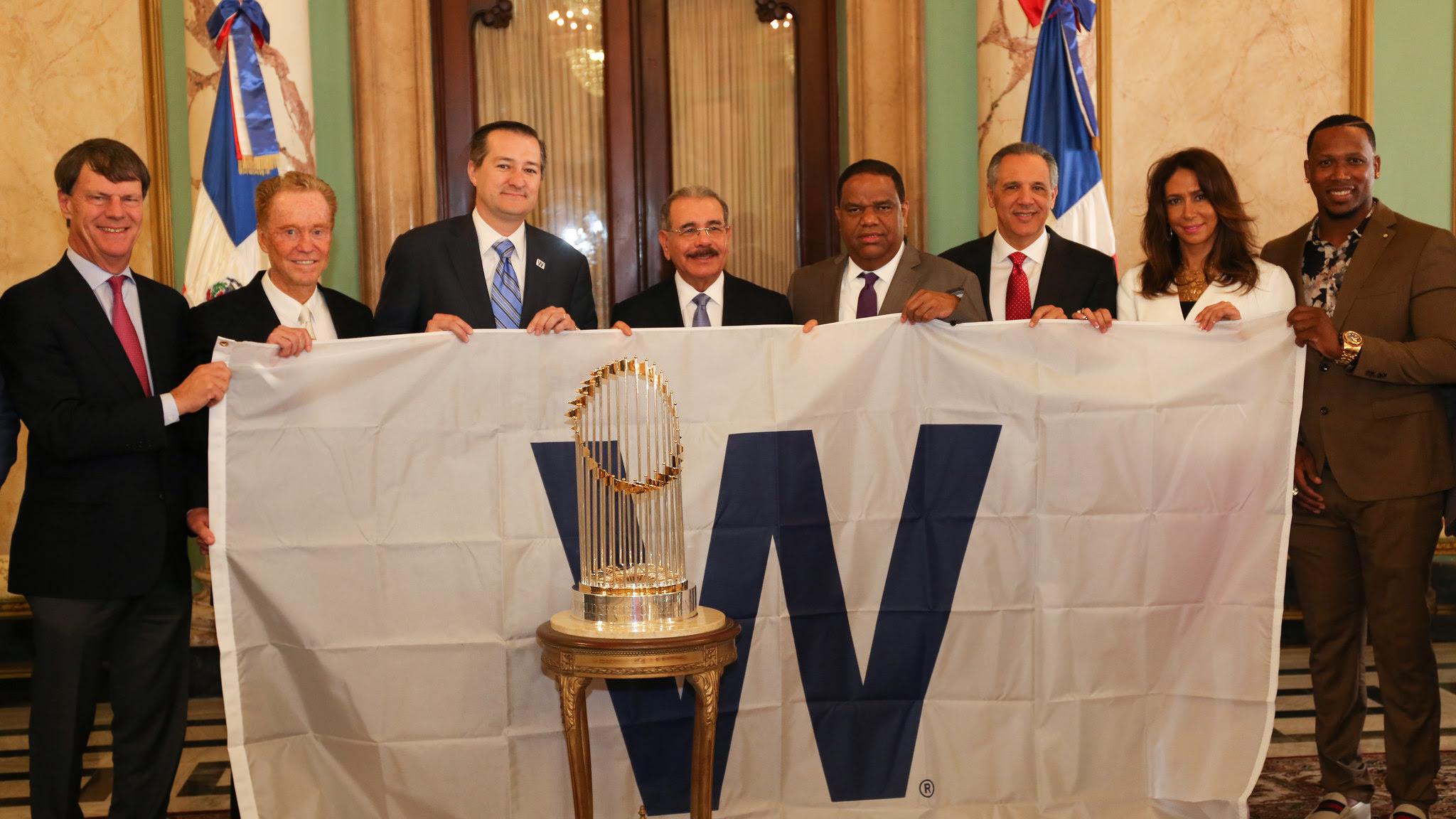 , Directivos y accionistas Chicago Cubs visitan a Danilo Medina; le llevan trofeo