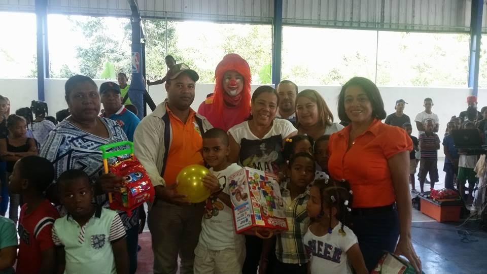 , Danilsa y Ñiñin alegran lo santos reyes en Polo con entrega de juguetes