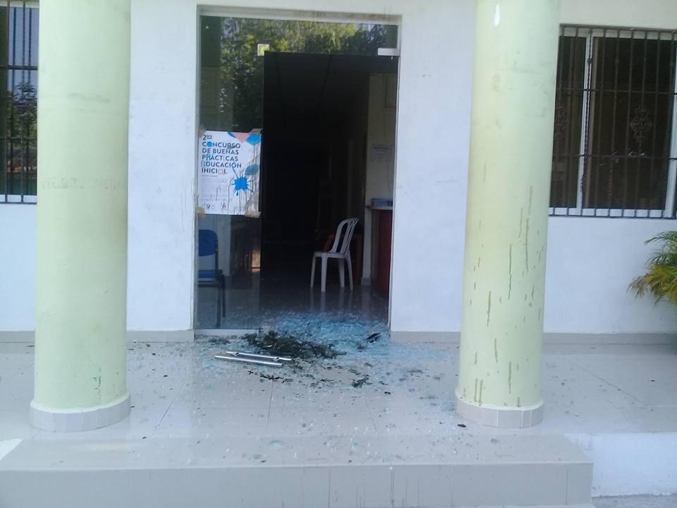 , Rompen puerta principal de las oficinas del Distrito Educativo en Cabral