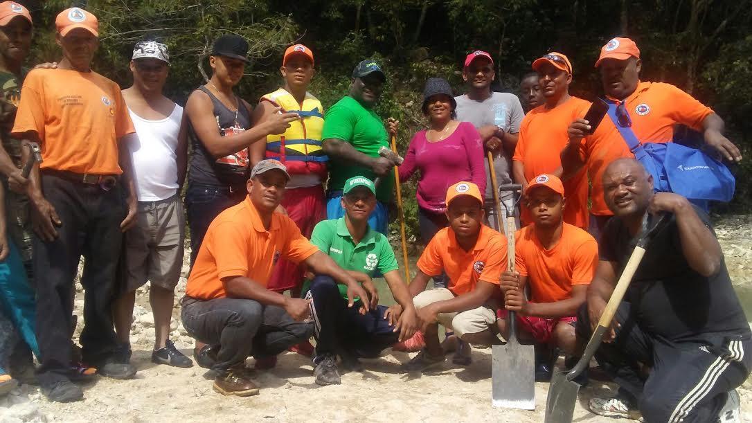 , Polo: Alcaldesa Danilsa Cuevas encabeza limpieza en barneario de Mata de Maiz; Demanda mayor cuidado de la Poblacion
