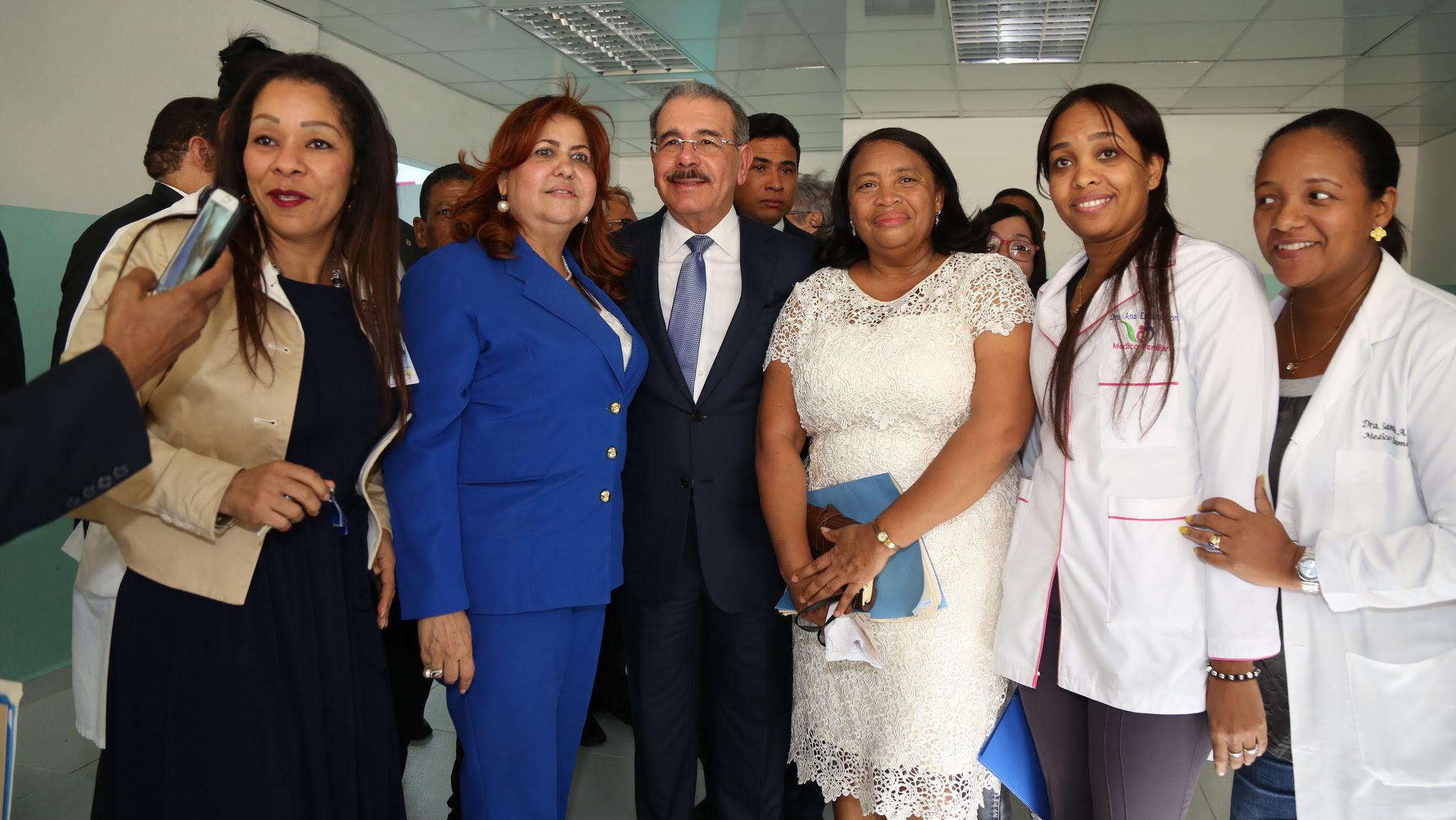 , Danilo sorprende pacientes del Jaime Mota, tras entregar Centro de Atención Primaria