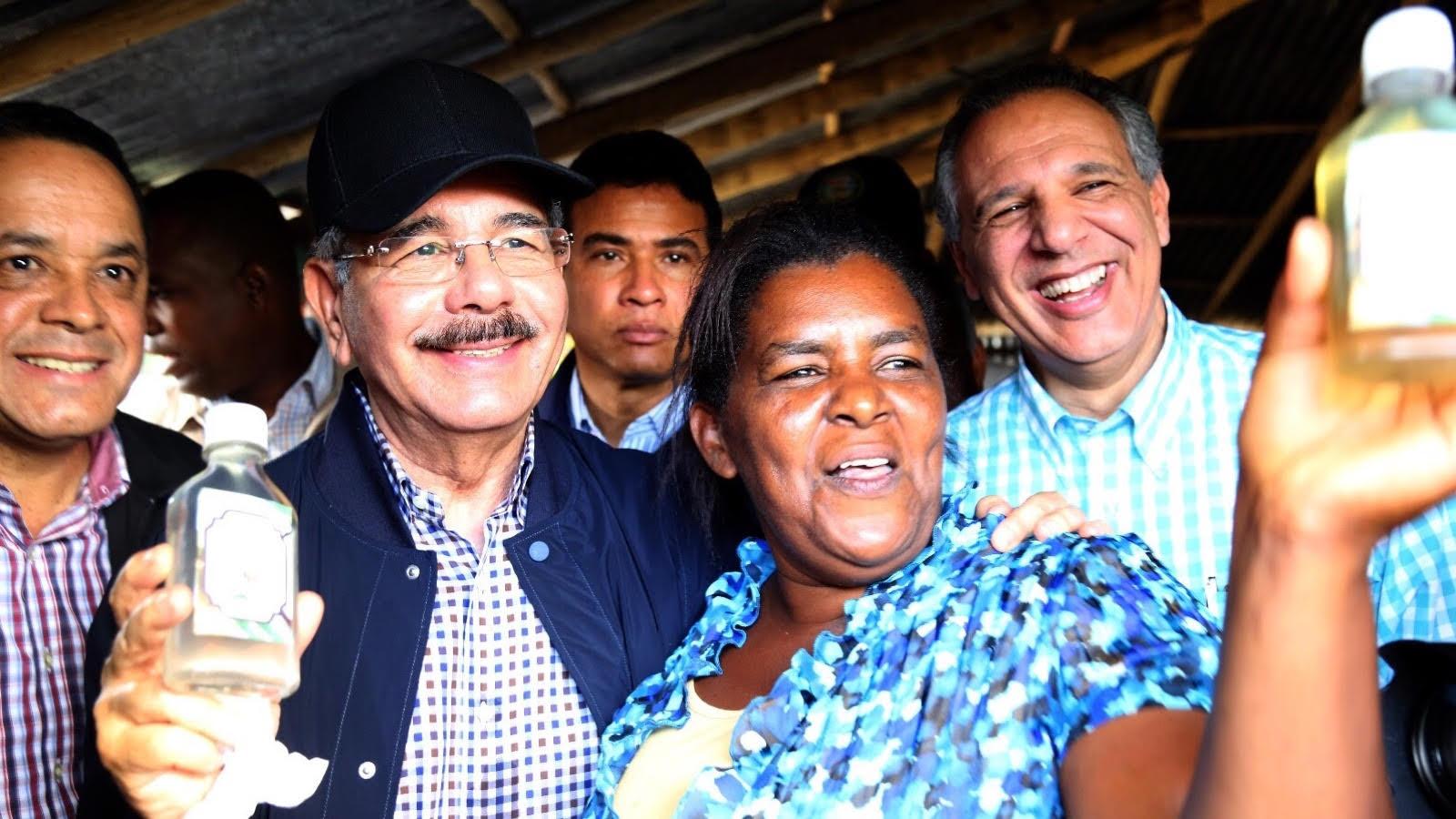 , Danilo devuelve alegría a mujeres productoras de aceite de coco en Samaná