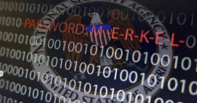 Una computadora con números cifrados y el nombre de la canciller, Angela Merkel en una exposición de Fráncfort. Espionaje. Horizontal