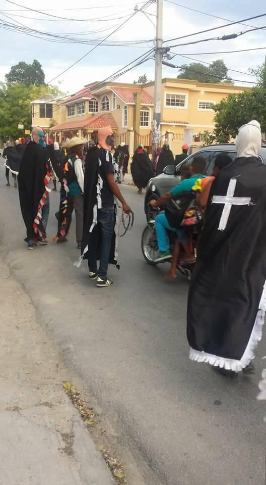 , Famosa Banda Negra con pistola en manos atraca sucursal de Orange en Cabral