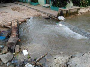 , ¿Por qué el agua del arroyo Tunino recorre la avenida Luperón y varias calles de Barahona?
