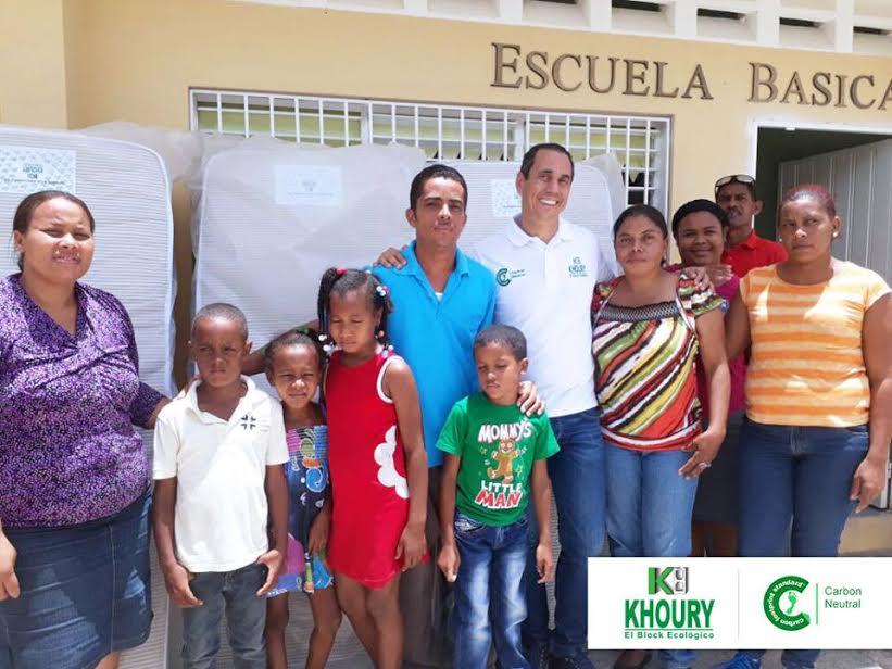 , Khoury Industrial entrega colchones a estancia Infantil de Escuela Básica en Cabral