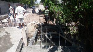 , Alcaldía de Cabral repara puente y construye aceras sobre rio La Puente.