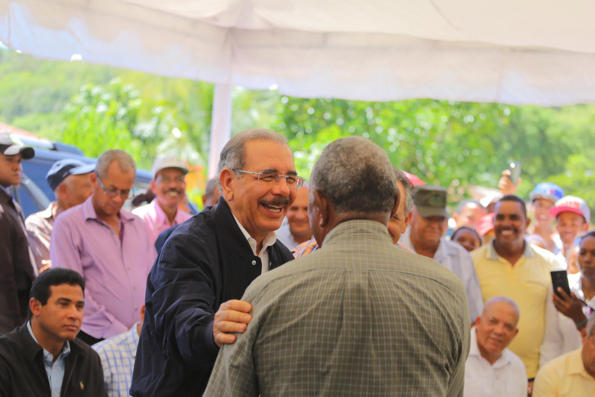 , Presidente Danilo Medina visita Sabana Cruz, Bánica, donde lleva apoyo a cinco asociaciones