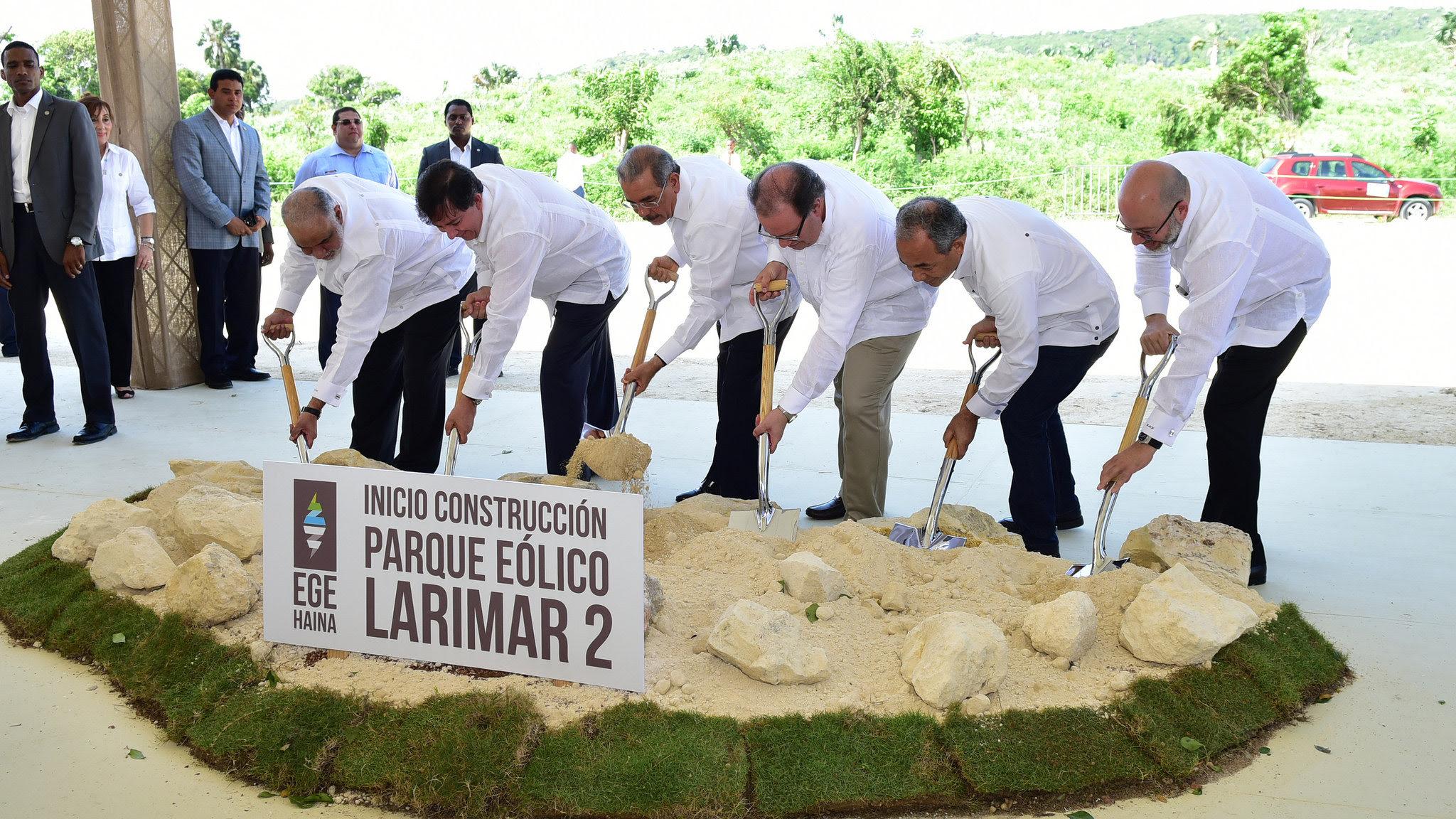 , Más energía limpia: Danilo Medina da primer palazo construcción parque eólico Larimar 2 en Barahona
