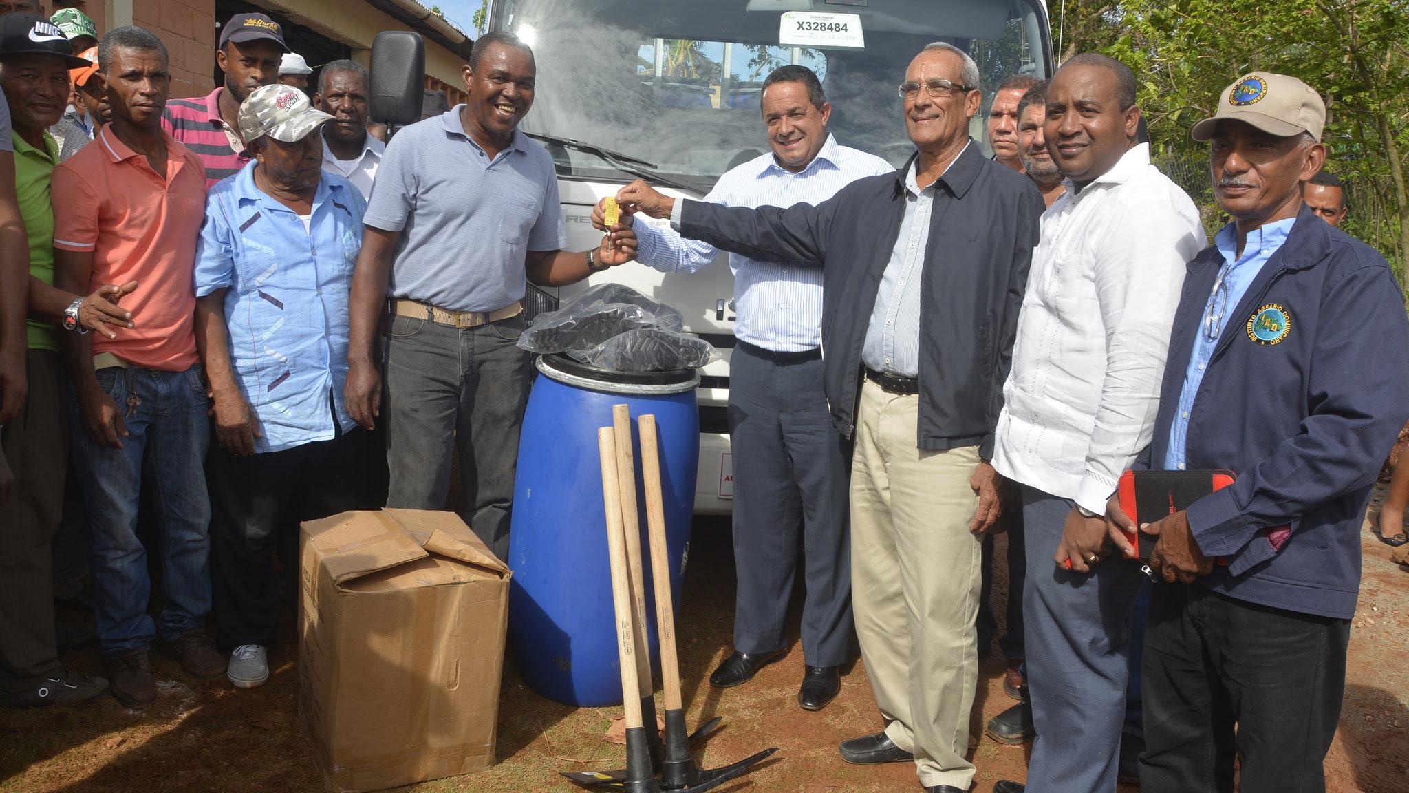, Gobierno entrega camión e implementos agrícolas a productores de jengibre de Samaná