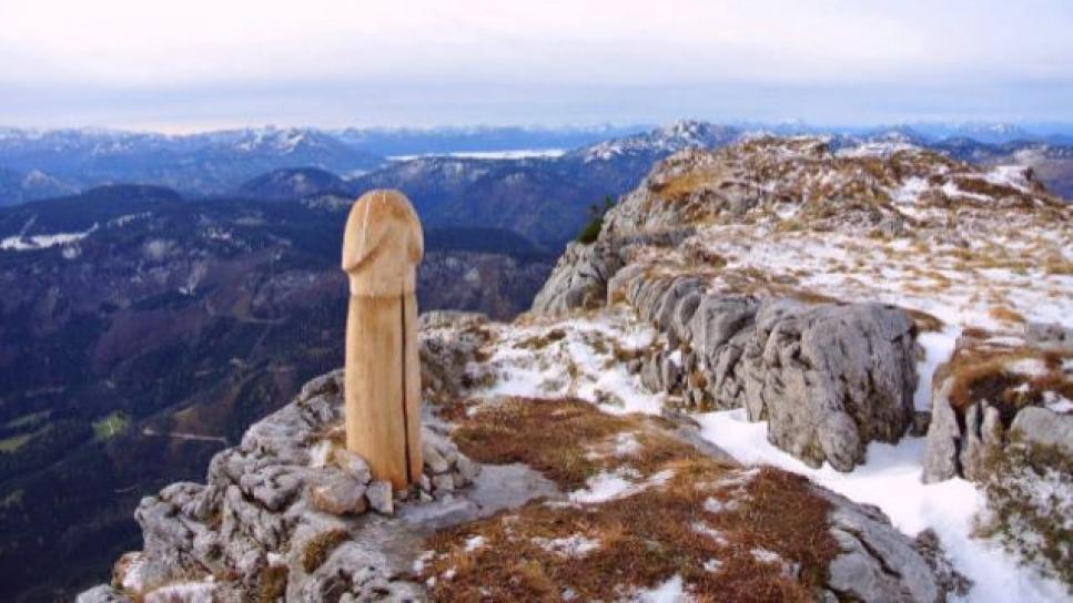, Una joven montañera descubre una talla de madera con forma de pene en los Alpes