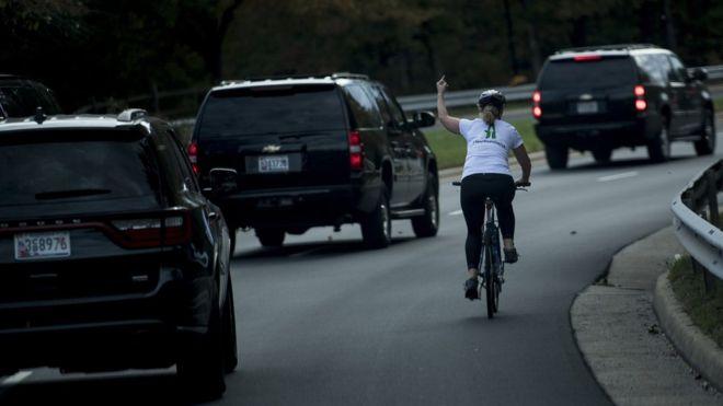 , Despiden mujer de su trabajo por mostrar el dedo medio al presidente Donald Trump