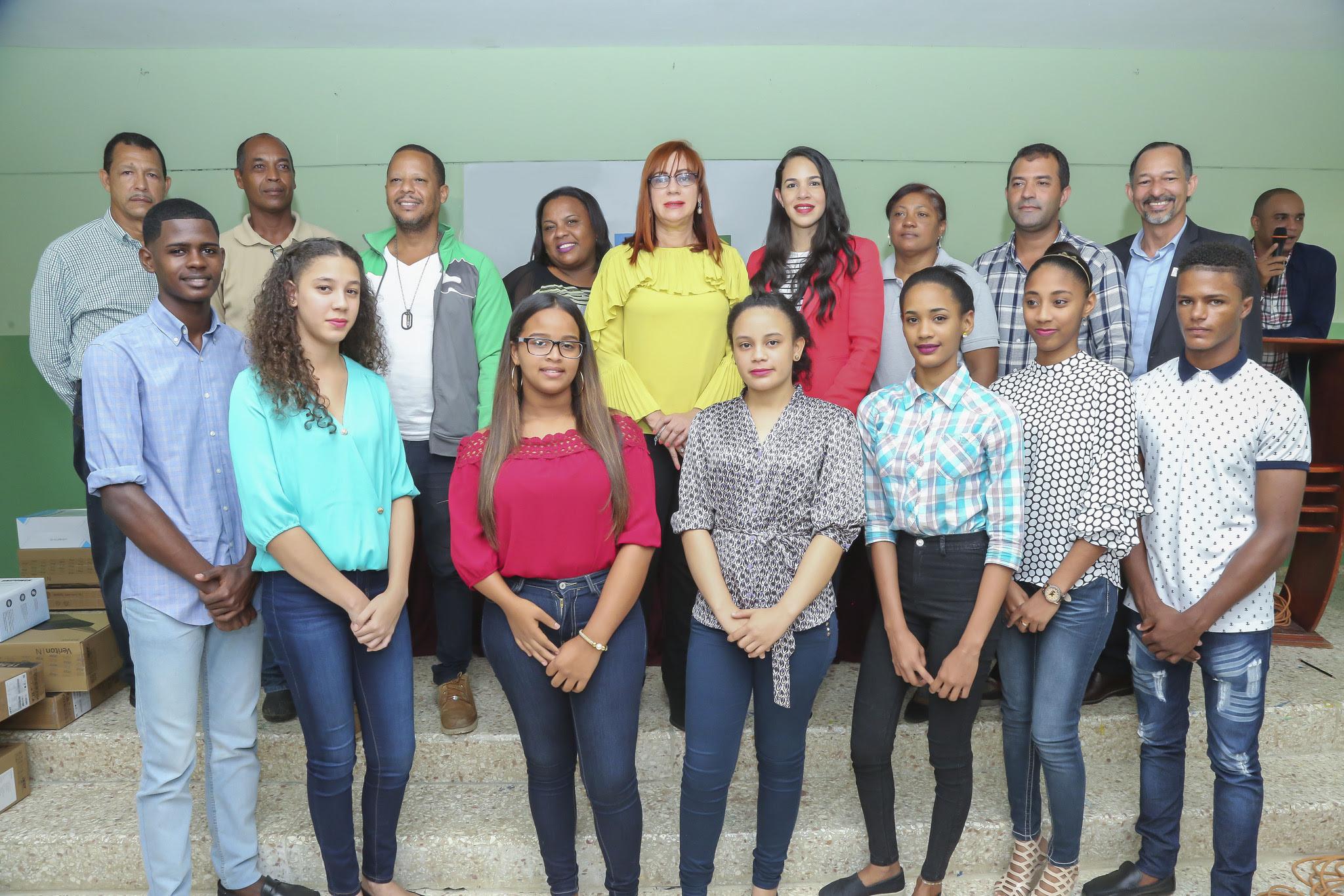 , Jóvenes de El Seibo reciben computadoras del Despacho Primera Dama en apoyo a República Digital