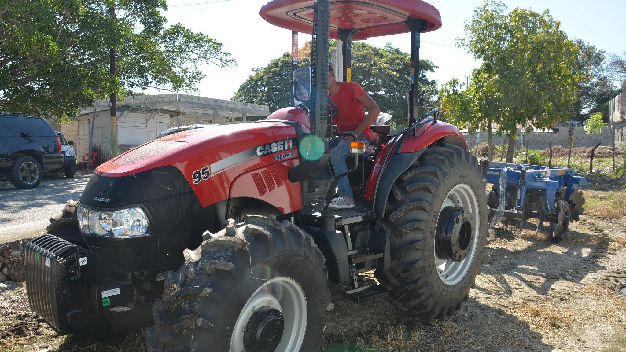 , Gobierno entrega tractor con su rastra a productores de Palmar de Ocoa