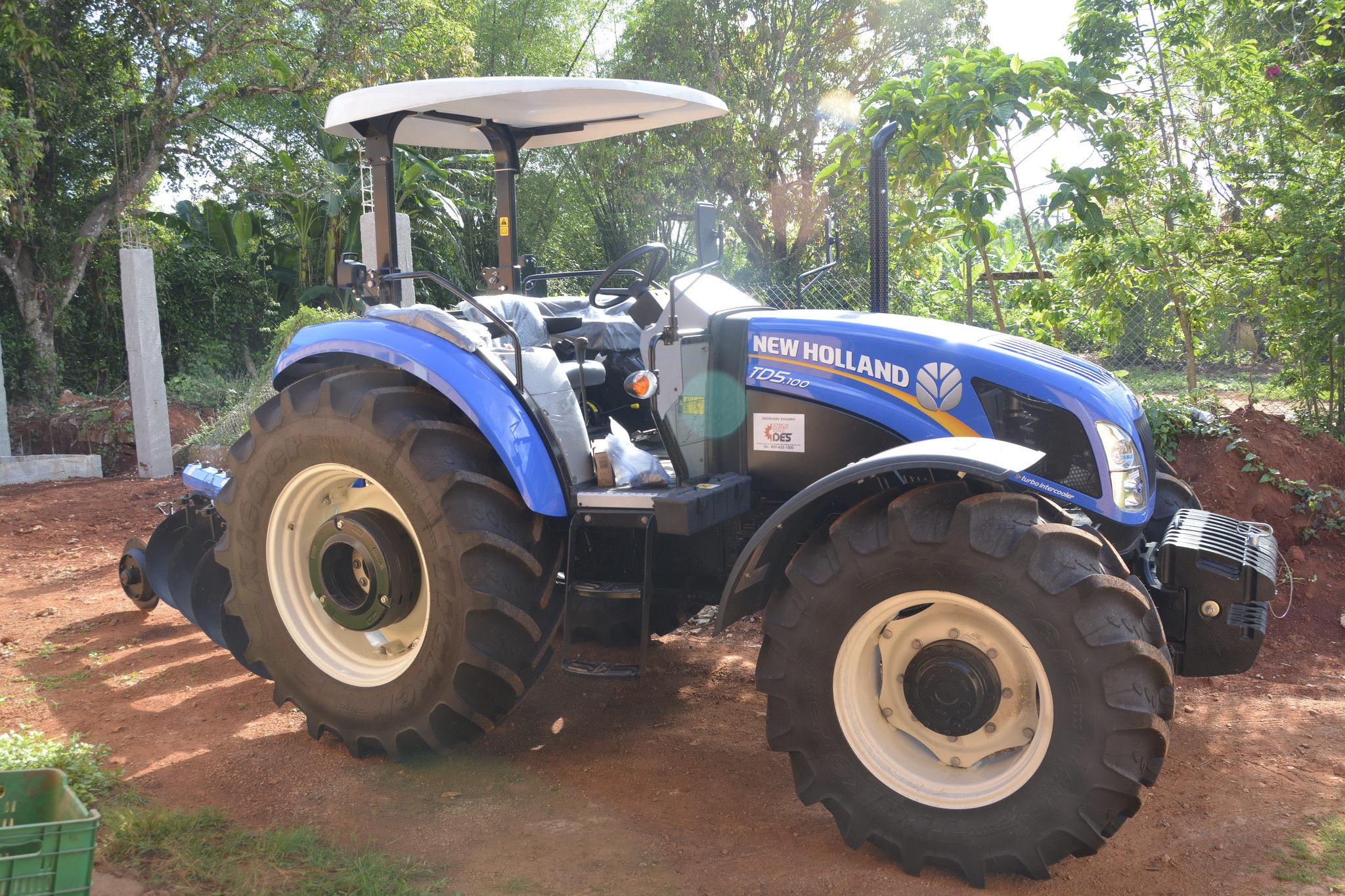 , Productores de Jengibre de Samaná reciben tractor prometido en Visita del presidente