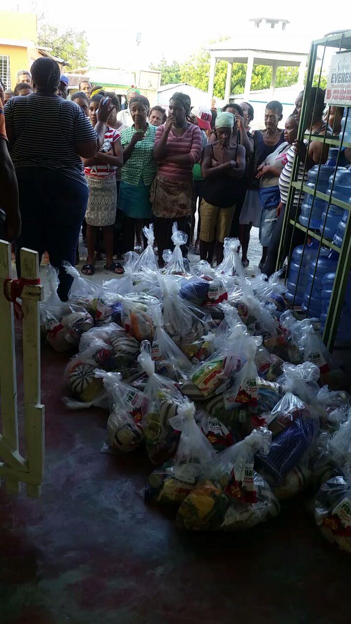 , Agrupación comunitaria realiza entrega de artículos navideños en Cabral