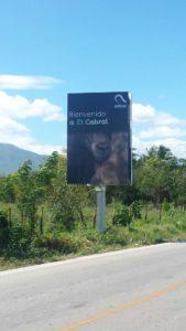 , Periodista de Cabral levanta protesta por la colocación de valla con la cara de un burro en la entrada del pueblo.