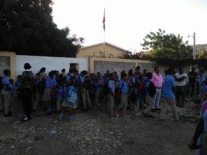 , Protestan frente a escuela en la Salinas por acuerdo con suplidores que no son de la comunidad