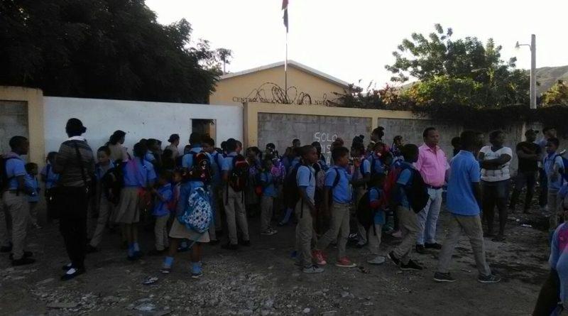 Protestan frente a escuela en la Salinas por acuerdo con suplidores que no son de la comunidad