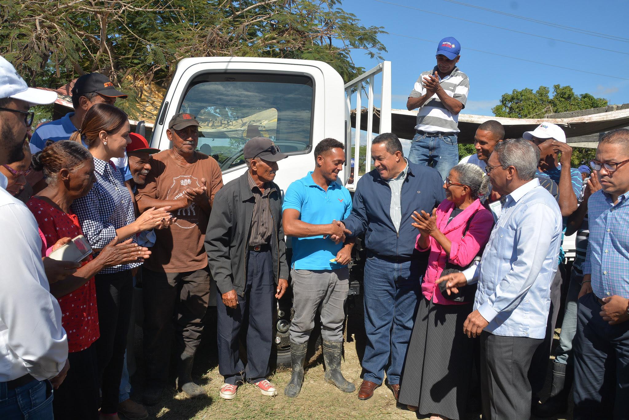 , Agricultores de San Juan reciben camión y tractor