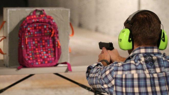 , Crean mochilas antibalas cuya venta se disparó en EE.UU. tras el tiroteo en Florida