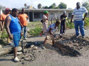 , Alcaldía de Cabral realiza labores mantenimiento en carretera internacional