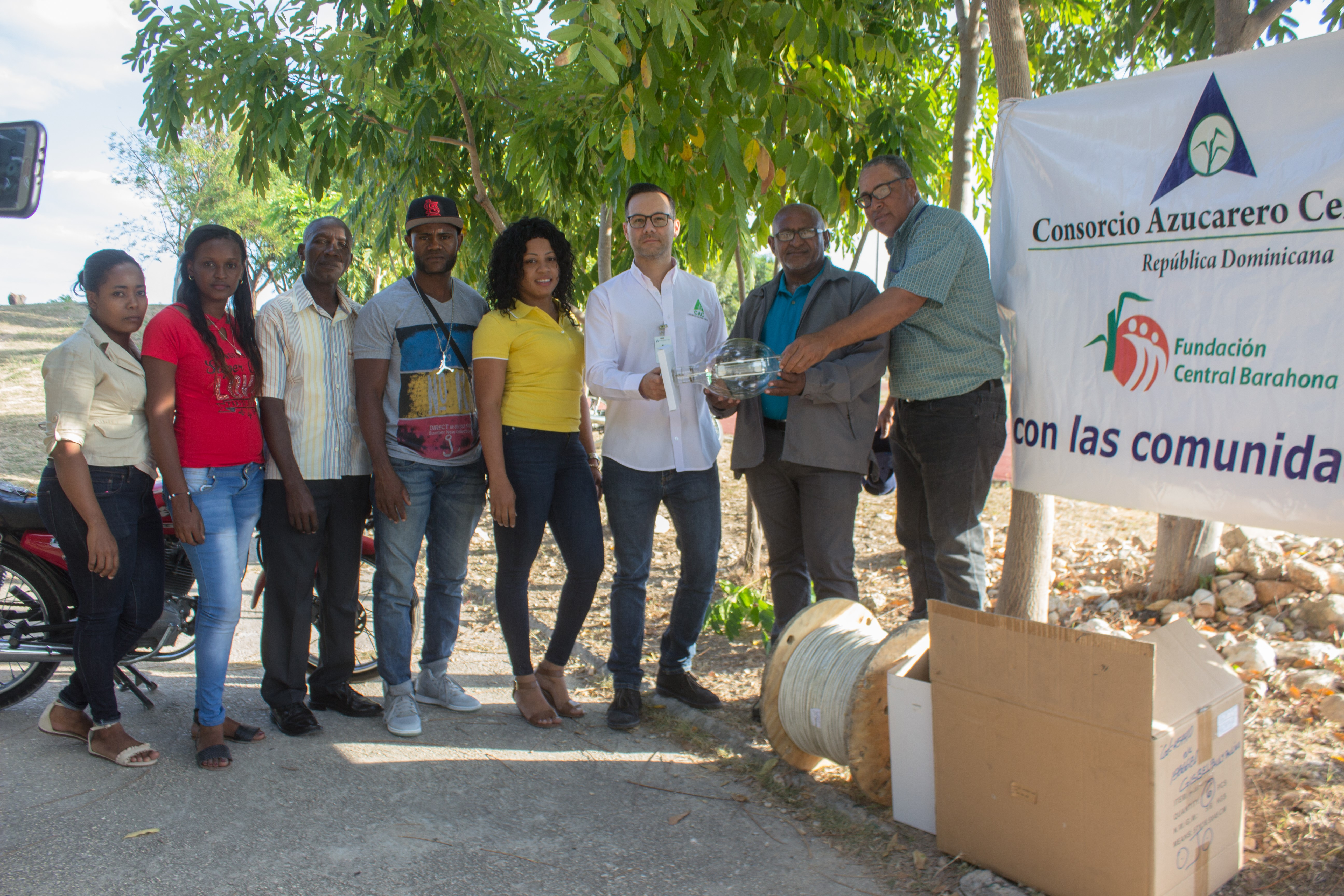 , Consorcio Azucarero Central entrega materiales para electrificación de Complejo Deportivo Villa Central.