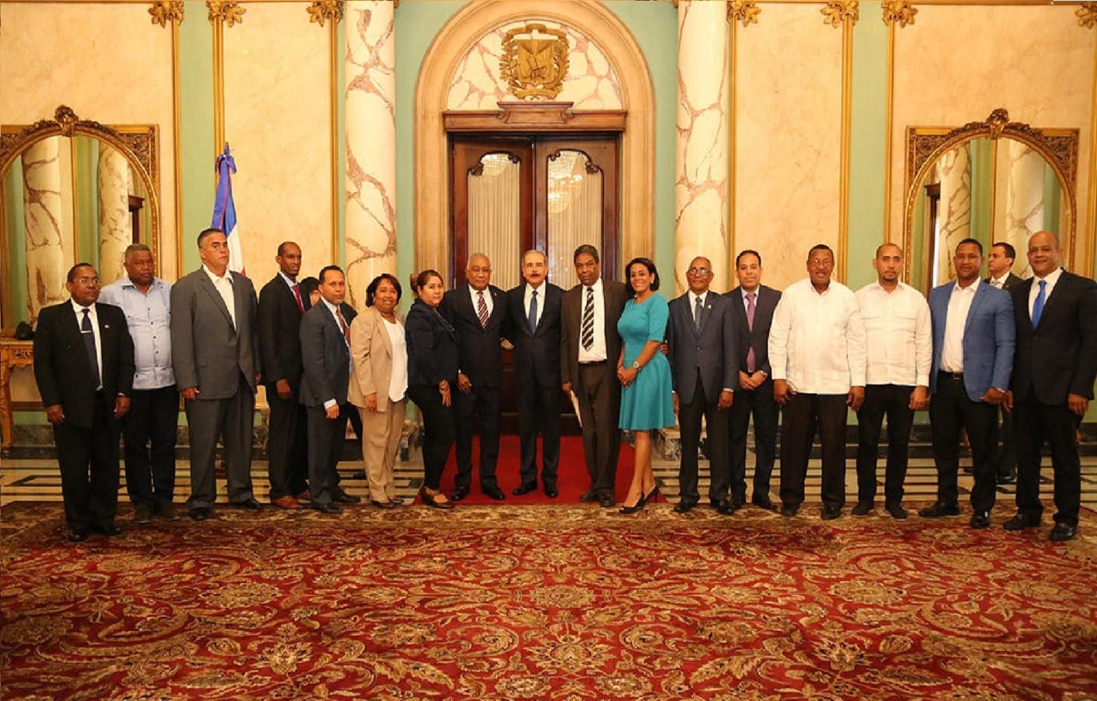 , Presidente Danilo Medina se reúne con alcaldes de Barahona para atender sus necesidades