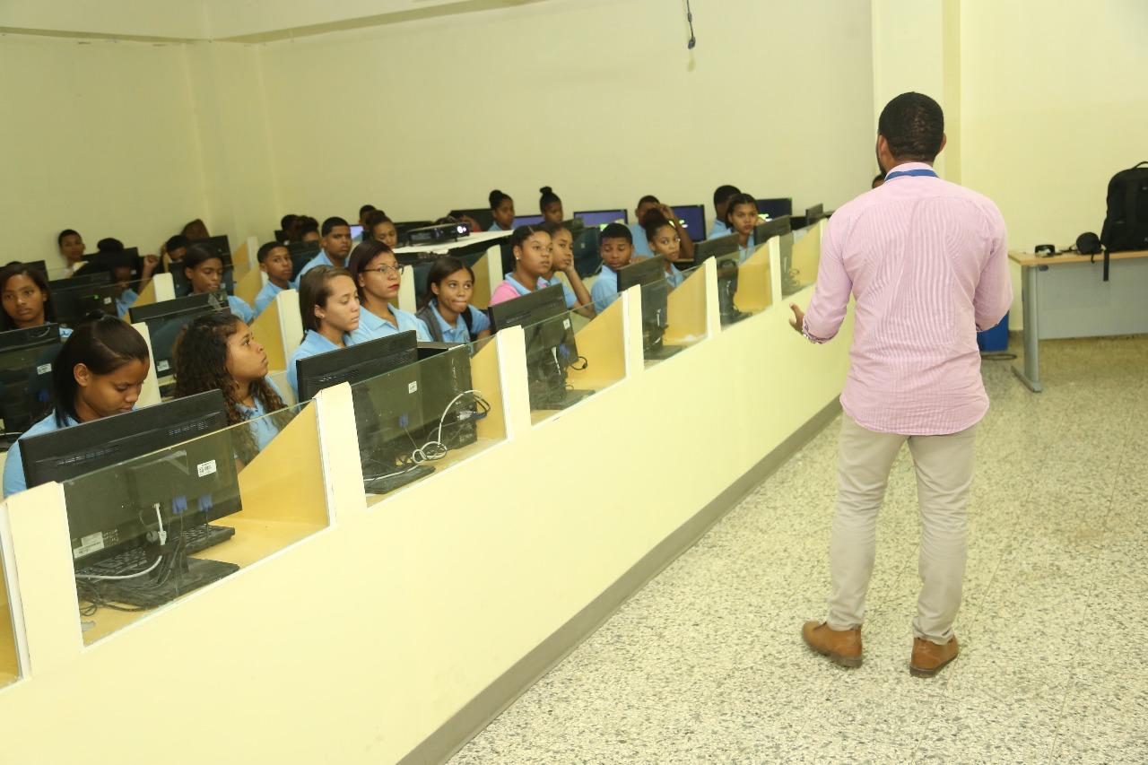 """, Un total de 1,918 estudiantes son beneficiados por el proyecto """"Cabral Conectado"""" de Khoury Industrial."""