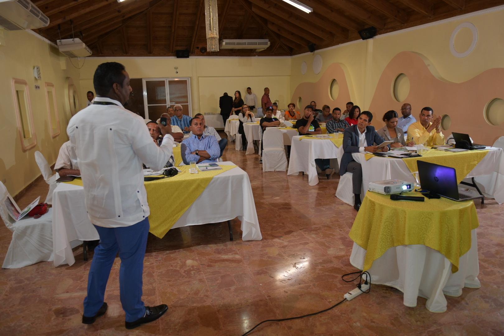 , Comunicadores de Barahona son capacitados en materia tributaria