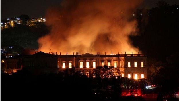 , Incendio devora el Museo Nacional de Brasil