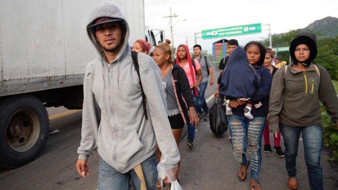 """Caravana de migrantes: """"Compremos una soga y nos tiramos del puente"""""""