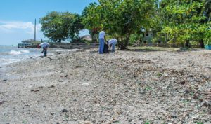 , Khoury Industrial participa en jornada de limpieza de Playas en Barahona
