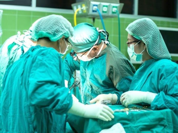 , Fue al doctor con dolor en la espalda y le quitan un riñón sano, pensando que tenía un tumor
