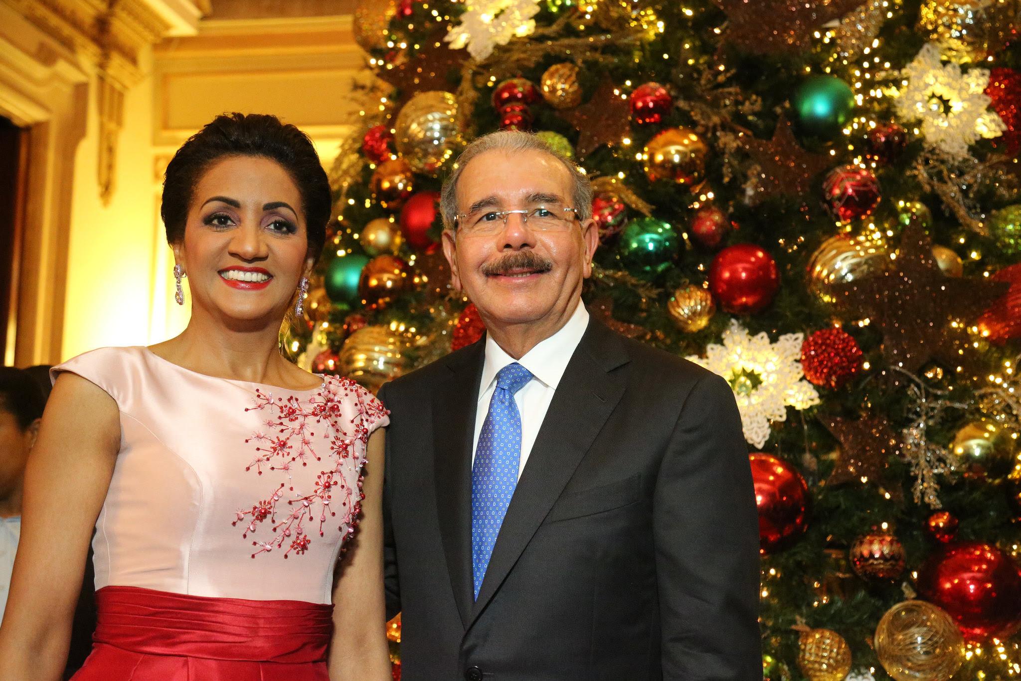 Presidente Danilo Medina y primera dama, Cándida Montilla de Medina, encienden árbol de Navidad en Palacio Nacional