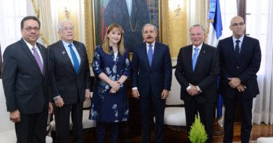 Medina recibe en su despacho a la presidenta del Consejo Mundial de Viajes y Turismo, Gloria Guevara