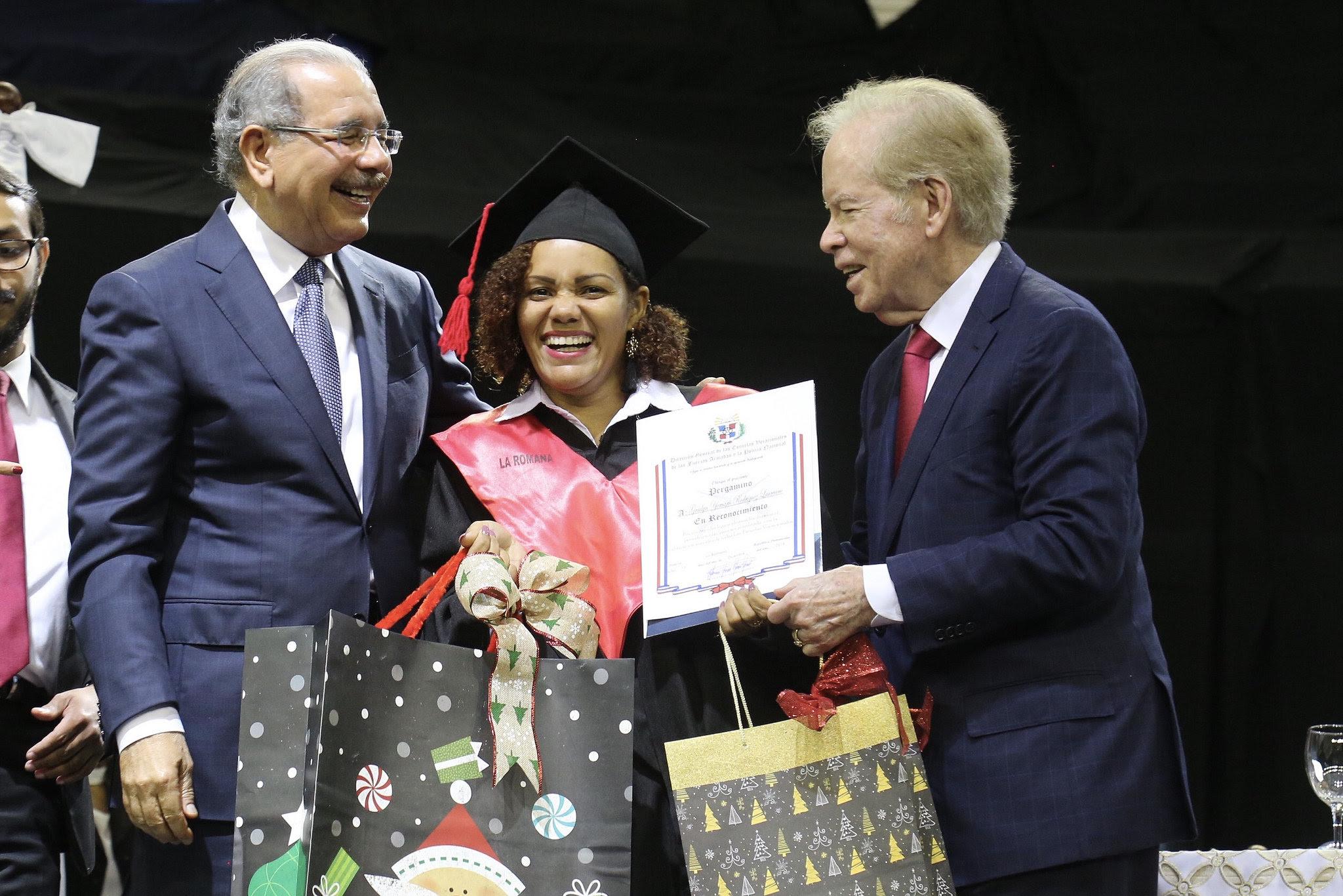 Medina encabeza graduación de más de 30 mil técnicos de Escuelas Vocacionales FF. AA. y P. N.