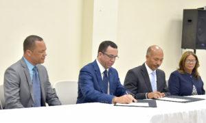 Firman acuerdo para que 38 colegios pasen al sector público