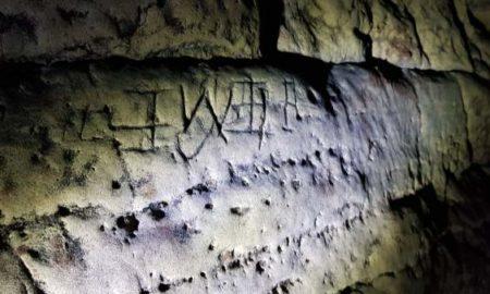 Hallan en una cueva en Creswell más de mil marcas grabadas en la piedra para ahuyentar los malos espíritus