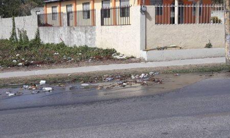 Fuga de agua en via principal preocupa ciudadanos de Barahona